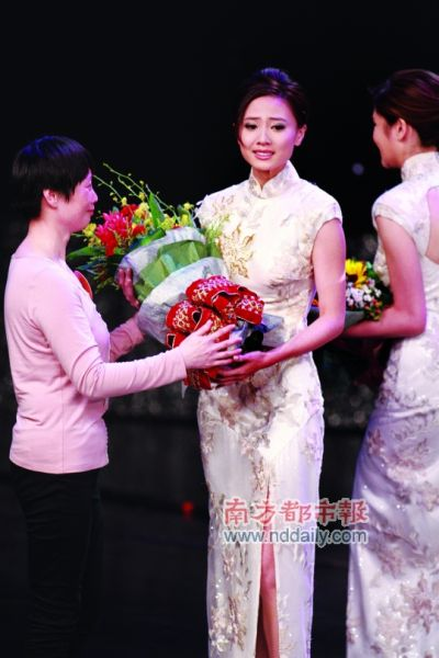 最后时刻大会再度出动亲情杀手锏,安排冠军佳丽的母亲送上鲜花。