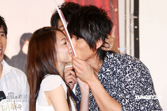 组图:《公主小妹》首播吴尊张韶涵隔纸板接吻