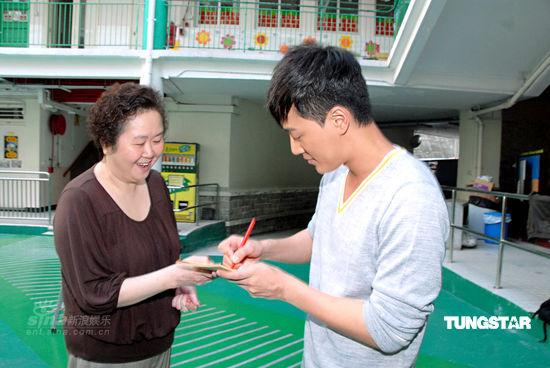 组图:林峰重回母校拍外景自曝从小表演欲强