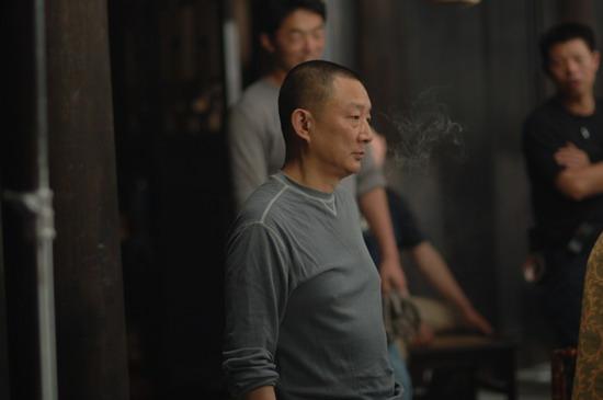 《中国往事》横店热拍导演张黎消瘦15斤(组图)