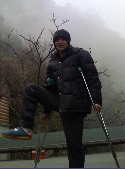张智尧拄杖登金顶拍《倚天屠龙记》苦中作乐