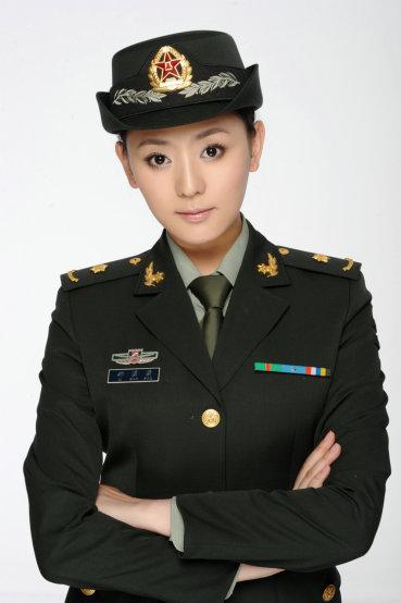 《中国远征军》祁潇潇不畏雨淋 尽显女军医风采