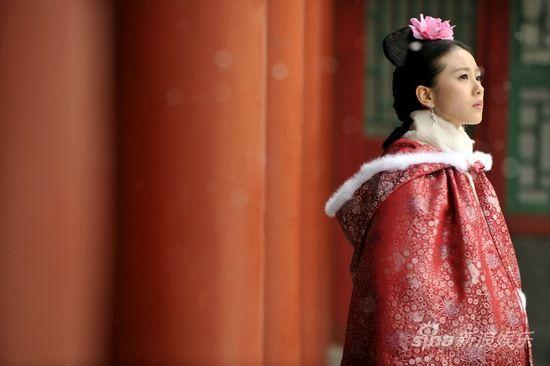 张晓因意外穿越后成为满族少女马尔泰-若曦