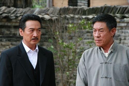 寇振海(左)、杜志国大飚演技