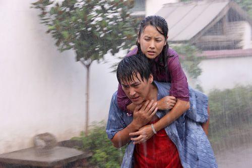 刘小锋雨中背妻感人