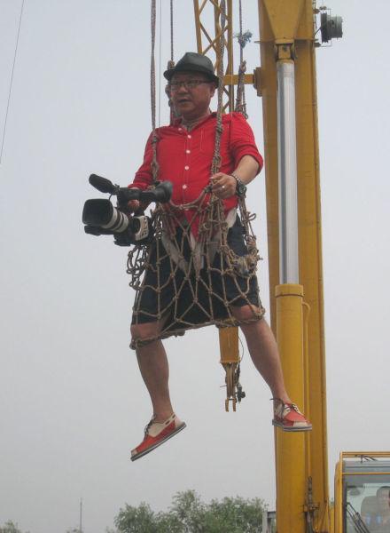 范伟被吊在空中