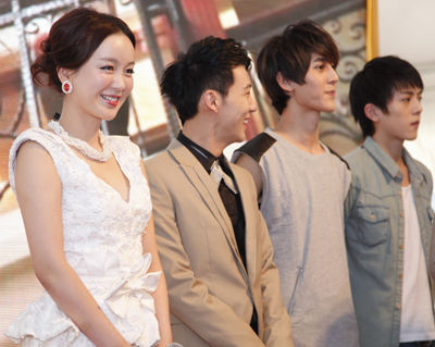 蒋非燕(左一)与Hit-5