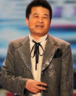 前晚,央视知名栏目《星光大道》走进武汉大学活动结束后,主持人毕福剑