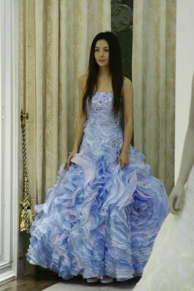 杨童舒饰演的韩姗穿上了婚纱