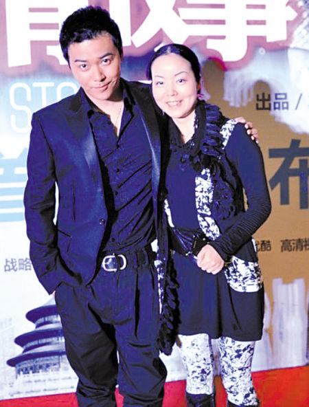 陈思成与李亚玲在宣传中曾亲密互动