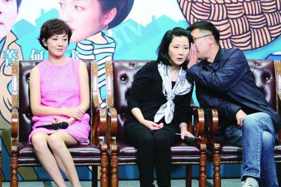 """发布会现场,林永健和""""丈母娘""""何赛飞耳语,把牛莉晾在一边"""