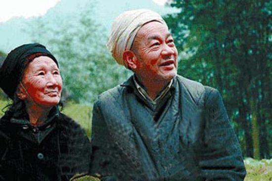 谱写感人爱情天梯故事的老人徐朝清(左)和刘国江