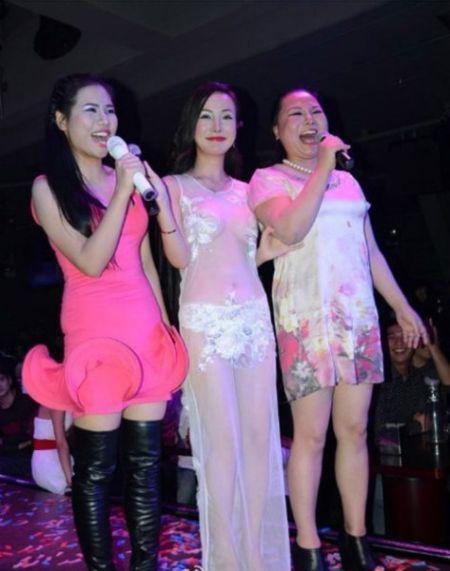 资料图:干露露(中)与妹妹干毛毛(左)及母亲三人