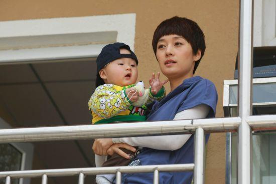 马伊�P饰演母亲