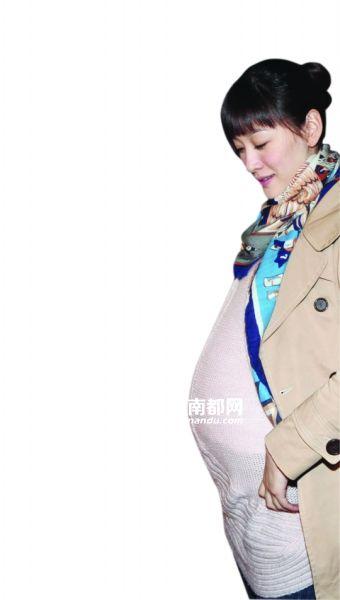 """去年11月,《今夜天使降临》组织媒体探班,当时李小冉以剧中角色大肚妈妈的形象出现,大半年后,果然""""中招""""。"""