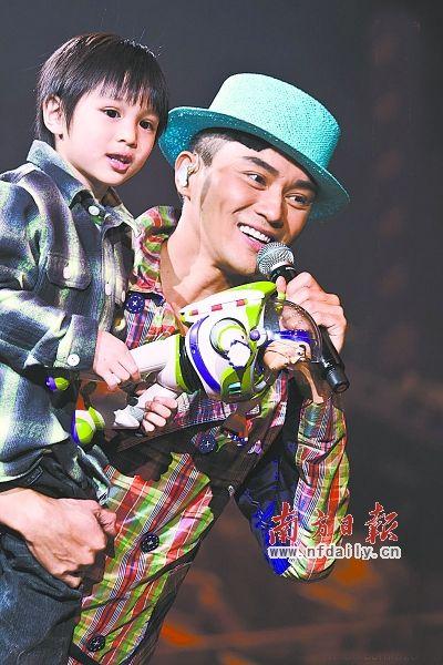 袁咏仪老公与儿子。