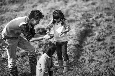"""大家一起抓泥鳅时,Cindy和""""新爸爸""""林志颖还是玩得很开心"""