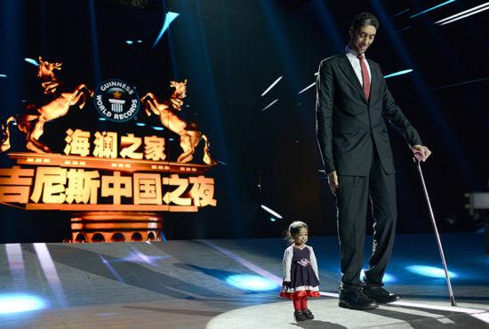 《吉尼斯中国之夜》迎来世界最高男士和世界最低女士。