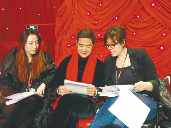 于蕾(右)与张国立(中)在研究马年春晚文案