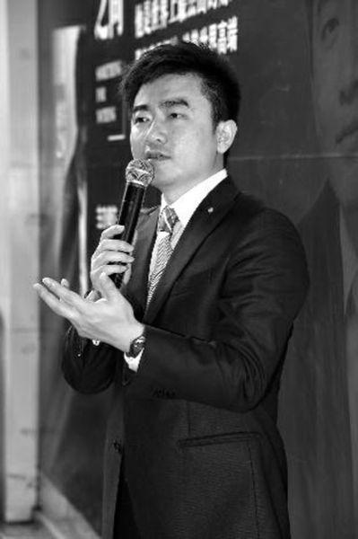 2013年3月30日,芮成钢在广西南宁市出席自己的自传性质新书《虚实之间》读者见面会 CFP供图