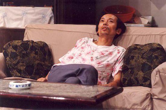 电视剧《我爱我家》剧照,葛优那时还留着长发。