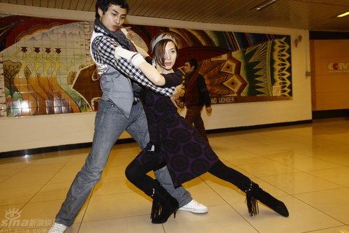 组图:阿朵参加元宵晚会彩排后台遭男舞伴环抱