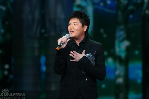 组图:孙楠元宵晚会黑衣献唱《你对我的好》