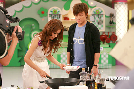 组图:美少女厨神出动展厨艺王喜试吃大赞美味