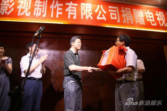 中视影视张华总经理向吉安电视台彭培述台长捐赠电视剧