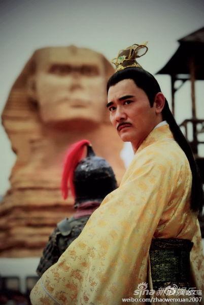 赵文�u在石家庄版狮身人面像前留影
