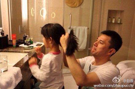 赵普为女儿梳头发