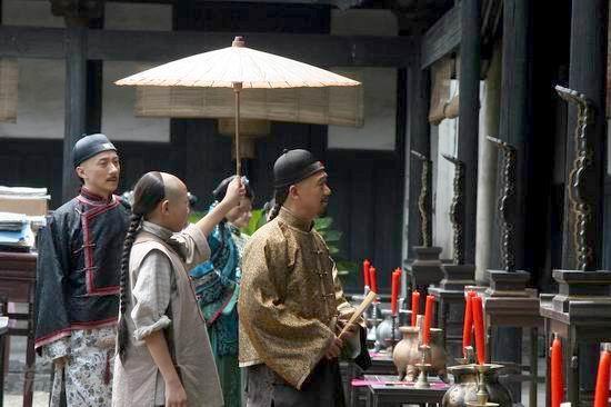图文:《中国往事》热拍--曹老爷拜神
