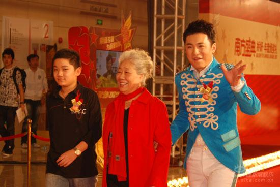 图文:表演艺术家韩影在两位晚辈陪同下走红毯