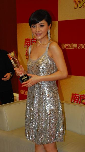 图文:胡可获金南方年度最具人气女演员奖拍照留念