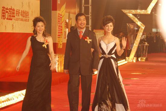 图文:张国立笑容满面携手两位美女走过红毯