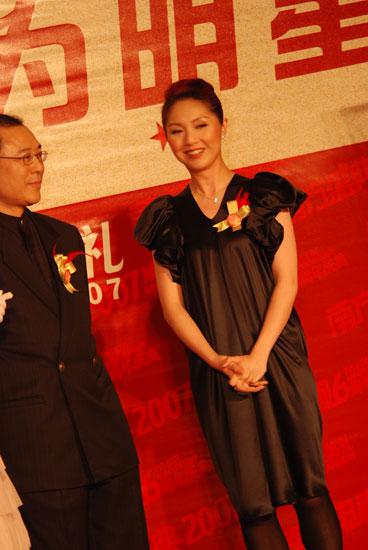 图文:杨千�蒙碜藕谏�公主裙面带微笑举止优雅