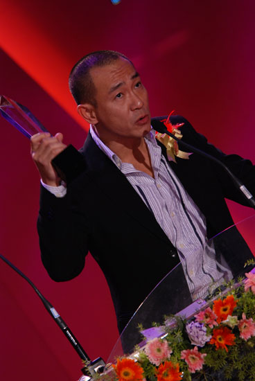 图文:最受欢迎男艺人林保怡发表获奖感言