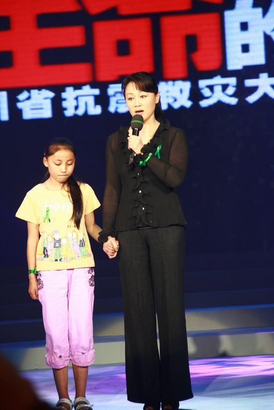 图文:四川赈灾晚会--王姬讲述温总理感人故事