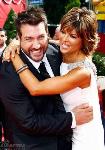 图文:60届艾美奖红毯--瑞娜与费通开心拥抱