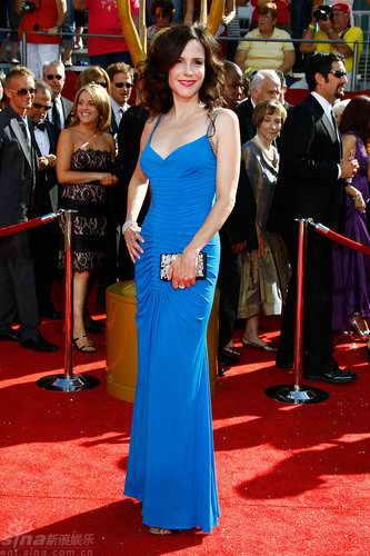 图文:60届艾美奖红毯--玛丽-帕克蓝裙映衬雪肌