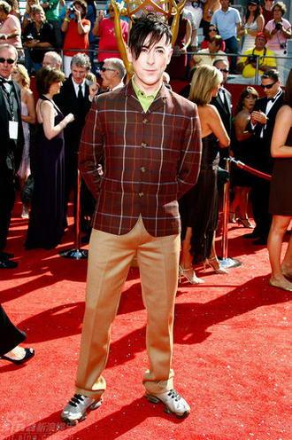 图文:60届艾美奖红毯--艾伦-卡明装扮十足抢镜