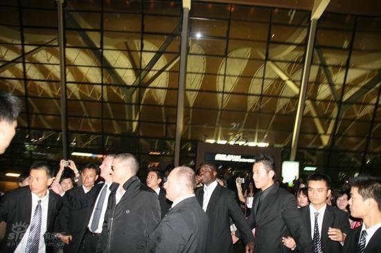 图文:《越狱》米勒登陆上海--来到机场外面