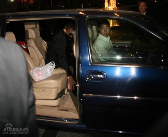 图文:米勒入住浦东酒店--米勒的车到达酒店