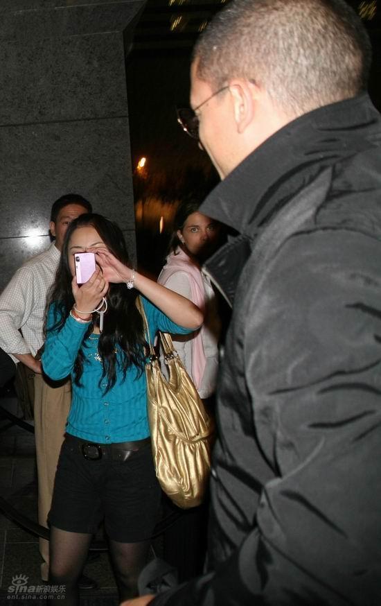 图文:米勒入住浦东酒店--拍照的粉丝