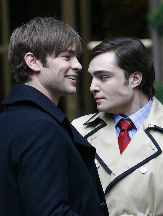 图文:《绯闻女孩》主演扮鬼脸-两位帅哥
