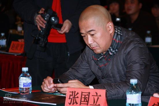 图文:《中国往事》发布会--张国立玩手机