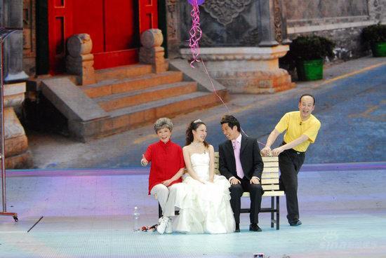 图文:央视春节晚会--郭达蔡明与一对新人