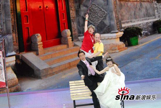 图文:09年央视春节晚会--郭达费劲抱起蔡明