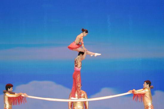 图文:09年央视春节晚会--杂技《抖杠》