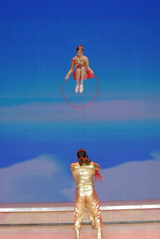 图文:09年央视春节晚会--杂技《抖杠》惊险刺激
